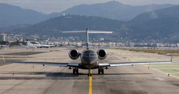 самолет в аэропорту Ниццы Alan