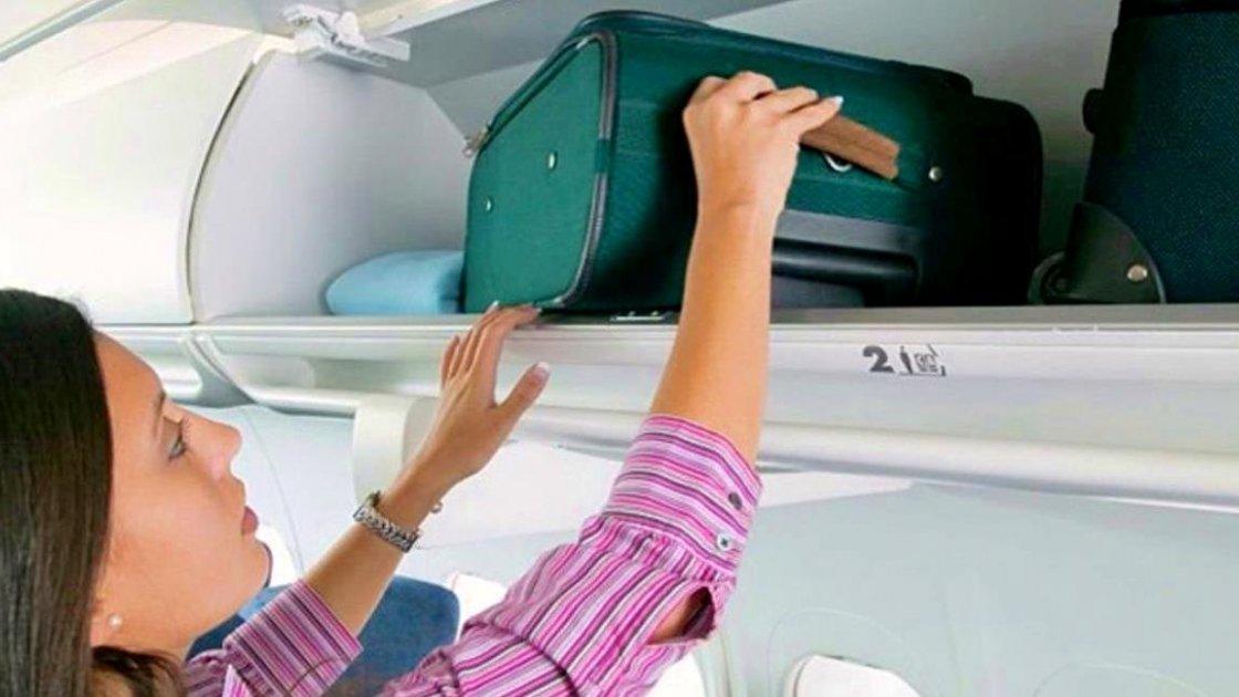 Отделение для ручной клади в салоне самолета